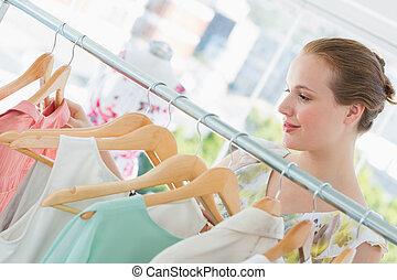 glücklich, weibliche , kunde, auswählen, kleidung, in, kaufmannsladen