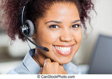 glücklich, weibliche , kundendienstvertreter, tragender kopfhörer