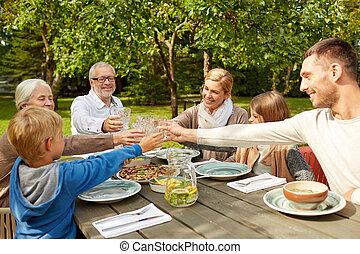 glückliche familie, abend essen, in, sommer, kleingarten