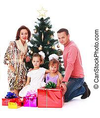 glückliche familie, an, der, weihnachtsbaum