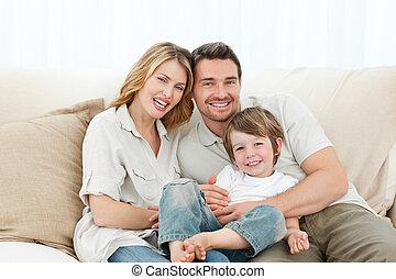 glückliche familie, auf, ihr, sofa