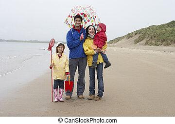 glückliche familie, auf, sandstrand, mit, schirm