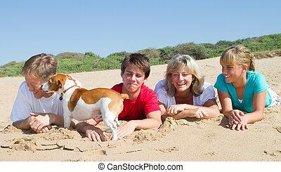 glückliche familie, auf, sandstrand
