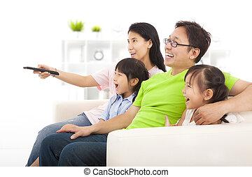 glückliche familie, aufpassender fernsehapparat