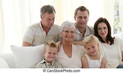 glückliche familie, aufpassendes fernsehen, in, wohnzimmer
