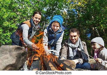glückliche familie, braten, eibisch, aus, lagerfeuer