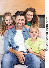 glückliche familie, entspannend, zusammen, lächeln, kamera