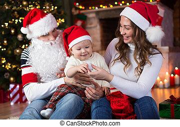 glückliche familie, haben, a, spaß, bei, weihnachtsbaum, und, kaminofen, in, wohnzimmer
