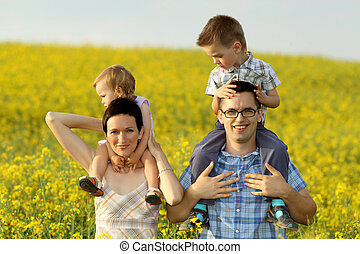 glückliche familie, in, a, feld, von, gelbe blüten