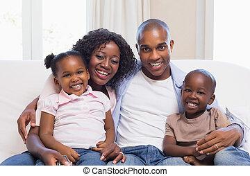 glückliche familie, lächeln, kamera, zusammen