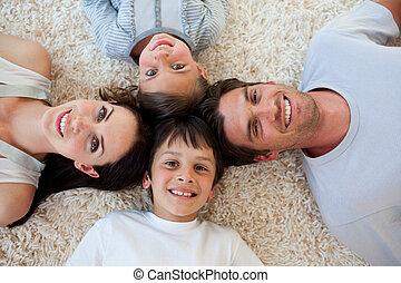 glückliche familie, lügen fußboden