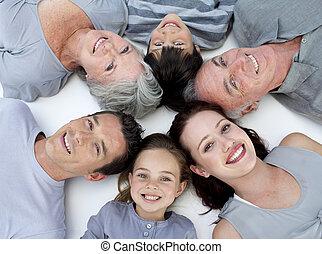 glückliche familie, liegen boden, mit, köpfe zusammen