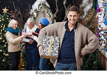 glückliche familie, mit, geschenke, in, weihnachten, kaufmannsladen
