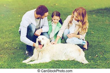 glückliche familie, mit, labradorhundapportierhund, hund,...