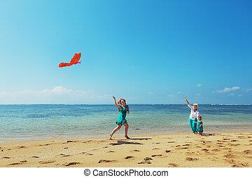 glückliche familie, mit, rotes , papier drache, auf, der, meer, sandstrand