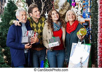 glückliche familie, shoppen, in, weihnachten, kaufmannsladen