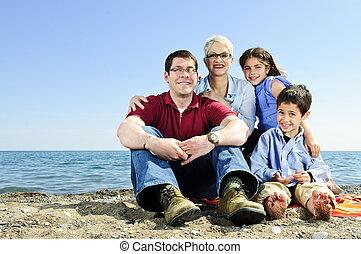 glückliche familie, sitzen, an, sandstrand