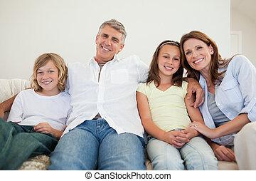 glückliche familie, sitzen sofa