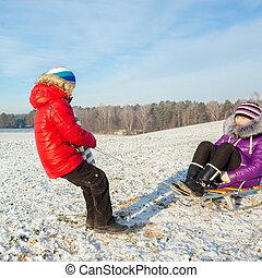 glückliche familie, spaß haben, in, der, snow., bruder schwester, spaß haben, mit, a, clipart kinderschlitten, in, der, winter., kinder, spaß haben, in, der, winter