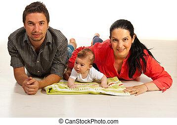 glückliche familie, unten liegen, auf, boden