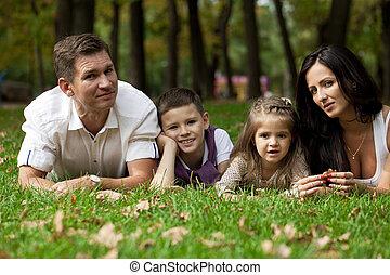 glückliche familie, unten liegen, garten