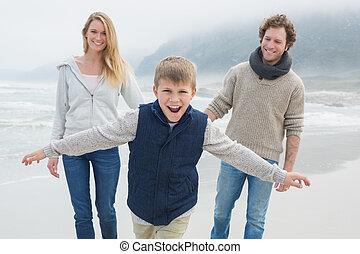 glückliche familie, von, drei, strand