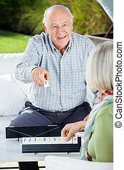 glückliche frau, älter, rummy, spielende , mann