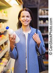 glückliche frau, besitz, milchflasche, in, markt