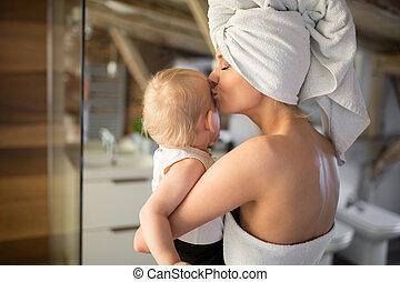 glückliche frau, besitz, und, küssende , baby