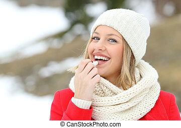glückliche frau, bewerben, lippe balsam, draußen, in, winter