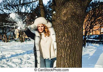 glückliche frau, gehen, in, winter, park, draußen