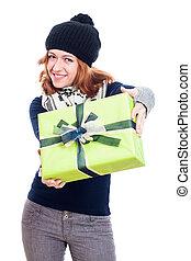 glückliche frau, in, überwintern hut, mit, geschenk