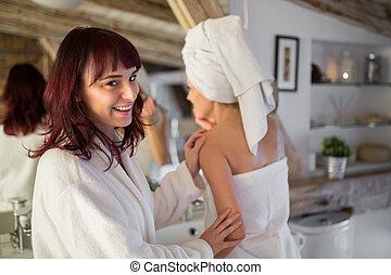 glückliche frau, in, bademantel, stehende , in, badezimmer, mit, freund