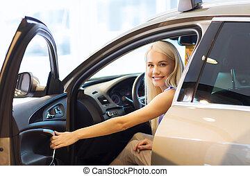 glückliche frau, inneres auto, in, auto, weisen, oder, salon