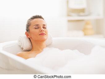 glückliche frau, junger, entspannend, badewanne