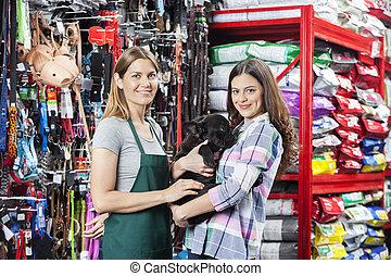 glückliche frau, kaufen, französische bulldogge, von, verkäuferin, in, kaufmannsladen