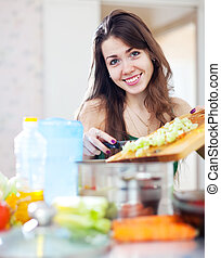 glückliche frau, kochende hauptmahlzeit