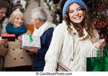 glückliche frau, mit, familie, in, weihnachten, kaufmannsladen