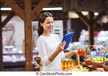 glückliche frau, mit, korb, und, tablette pc, in, markt