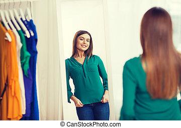 glückliche frau, posierend, an, spiegel, in, daheim,...