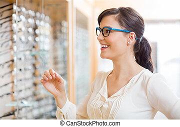 glückliche frau, schwierig, brille, an, optiker, kaufmannsladen
