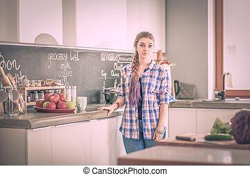glückliche frau, teetrinken, küche, an, home.