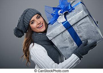 glückliche frau, tragen, warme kleidung, besitz, großes geschenk