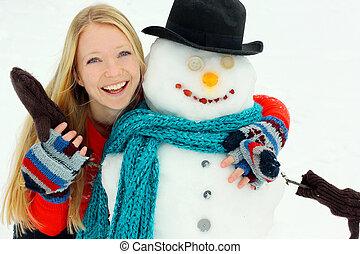 glückliche frau, umarmen, schneemann, draußen, in, winter