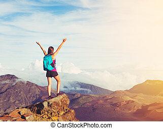 glückliche frau, wanderer, mit, offenen armen, an, sonnenuntergang, auf, berg spitze