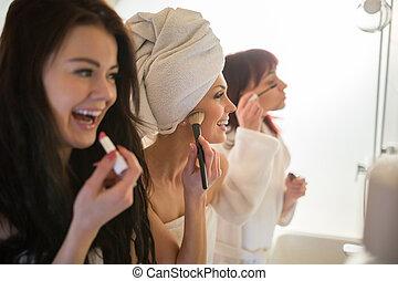 glückliche frauen, friends, machen, einholen, in, badezimmer