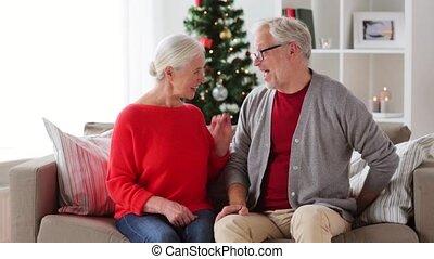 glückliches lächeln, ältere paare, mit, weihnachtsgeschenk