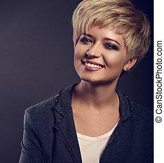 glückliches lächeln, junger, geschaeftswelt, blond, frau, mit, kurz, bob, haar- art, innen schauen, grau, poppig, jacke, auf, dunkel, hintergrund., paßte, closeup, farbe, porträt