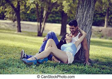 glückliches lächeln, paar, liegende , auf, grünes gras