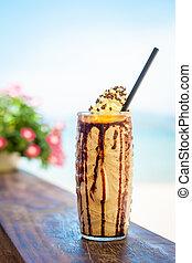 glacé, mélangé, lait, et, chocolat, frappucino, à, crème fouettée, sur, plage